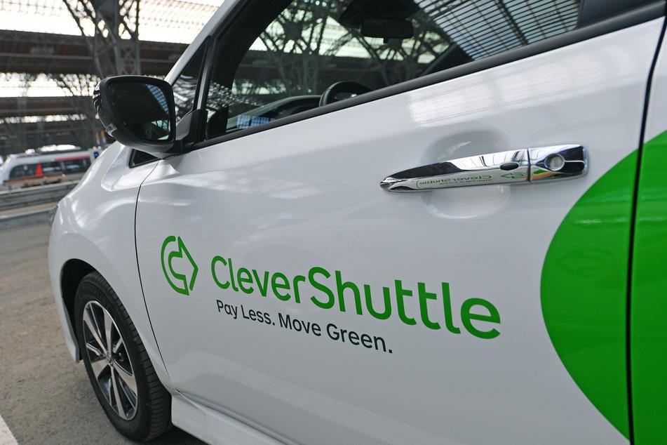 Ein Fahrzeug des Fahrdienstes CleverShuttle steht an der Station des Unternehmens.