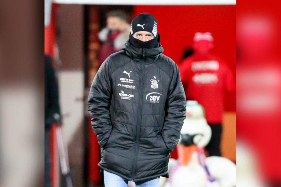 Kein schöner Abend: Bei eisigen Temperaturen konnte sich FSV-Coach Joe Enochs auch nicht am Spiel erwärmen.