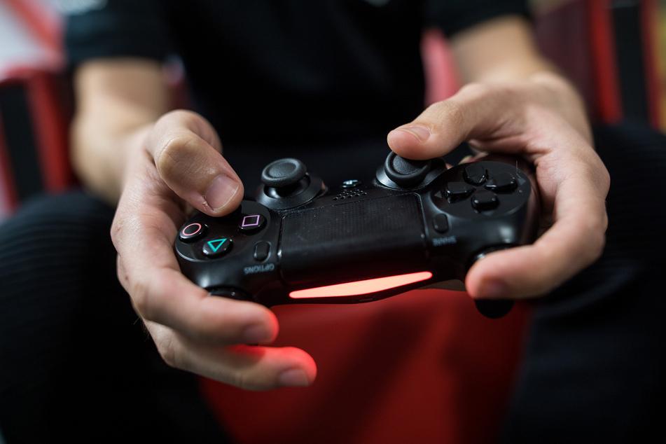 Seit dem Ausbruch der Corona-Krise verbringen deutlich mehr Nutzer ihre Zeit an Gaming-Geräten - das machen sich auch Extremisten zu Nutzen. (Symbolbild)