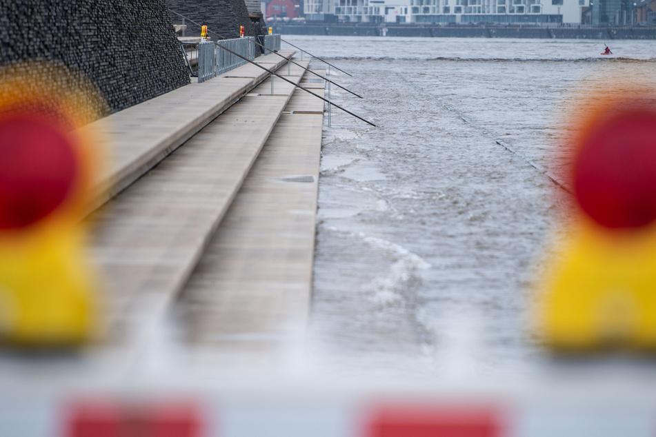 In Nordrhein-Westfalen sind die Rhein-Pegelstände am Samstag weiter gestiegen. In Köln schwappte das Wasser über die Treppen des gesperrten Rheinboulevards.