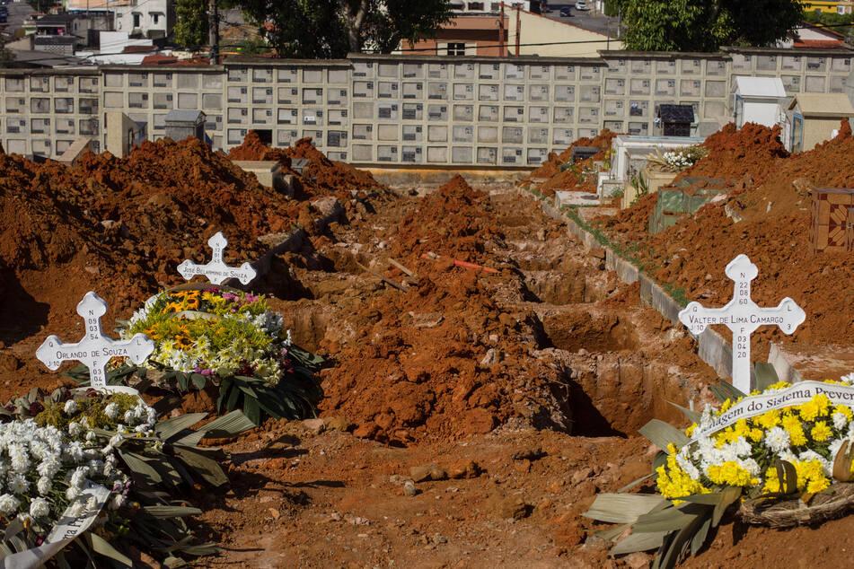 Neue Gruben stehen offen in einem Friedhof in Sao Paulo/Brasilien
