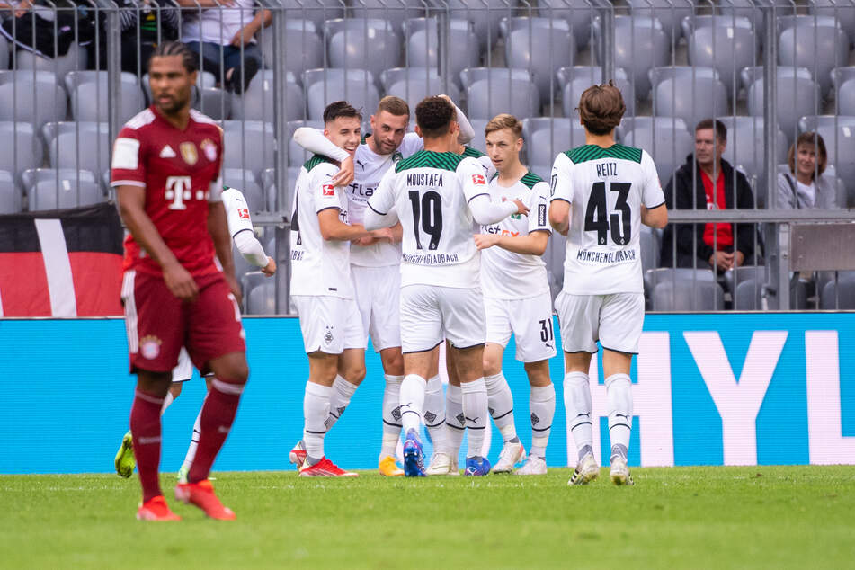 Die Entscheidung: Im Hintergrund bejubeln die jungen Fohlen den 2:0-Siegtreffer. FCB-Angreifer Serge Gnabry (26, l.) schleicht indes über den Platz.