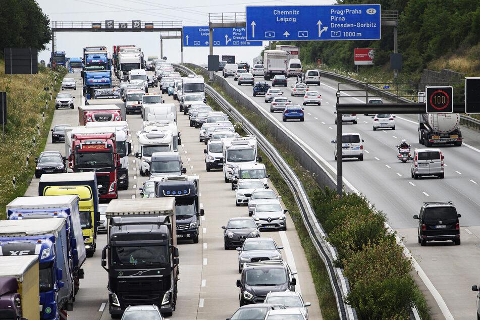 Belastend: Der Schwerverkehr, besonders auf der A4 um Dresden, hat in den letzten Jahren deutlich zugenommen - nicht ohne Folgen für den Straßenbelag.