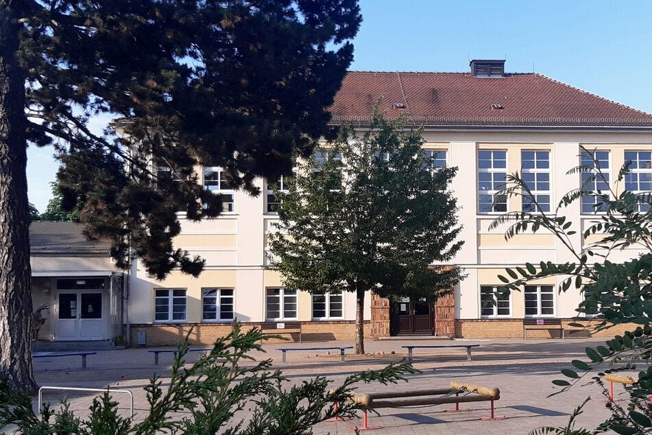 An dieser Grundschule im Stadtteil Holzhausen wurde ein Kind positiv auf das Coronavirus getestet.