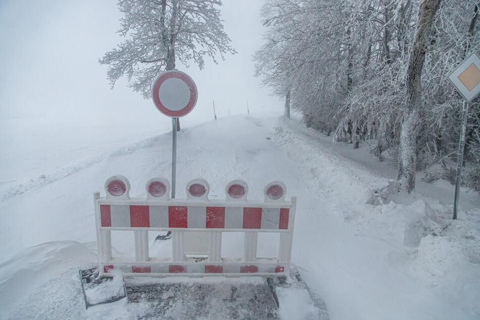 Hier kommt niemand mehr durch! Wegen Schneeverwehungen mussten im Erzgebirge teilweise Straßen gesperrt werden.