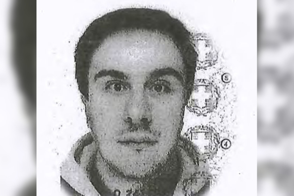 Die Polizei geht davon aus, dass das Foto aus dem gefälschten Pass den Tatverdächtigen zeigt.