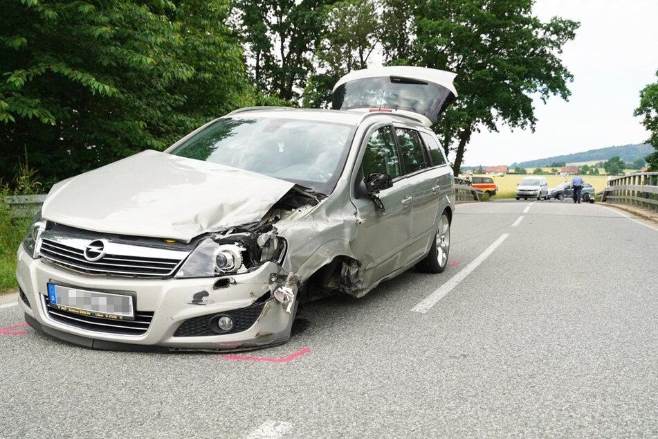Am Opel entstand riesiger Sachschaden. Das Fahrzeug kam erst Meter nach dem Crash zum Stehen.