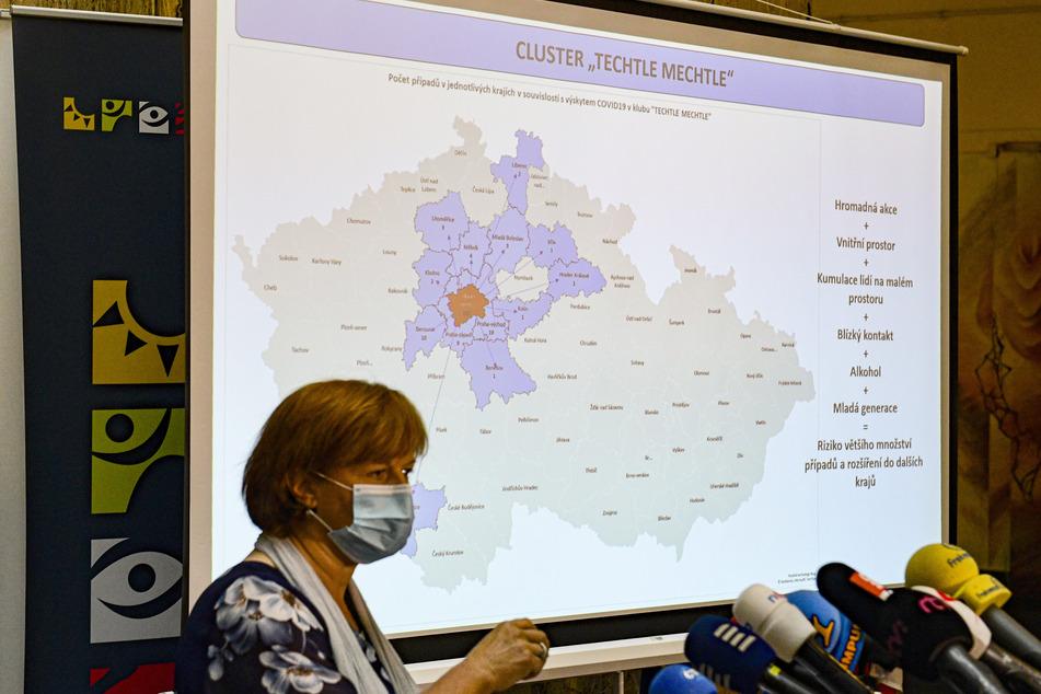 Jarmila Razova, Chefhygienikerin von Tschechien, äußert sich bei einer Pressekonferenz des Gesundheitsministeriums vor einer Grafik zur aktuellen Corona-Lage.