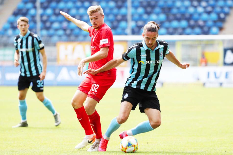 Der FSV Zwickau, hier mit Elias Huth (vorne-links), hält beim SV Waldhof Mannheim um Valmir Sulejmani noch ein 0:0.