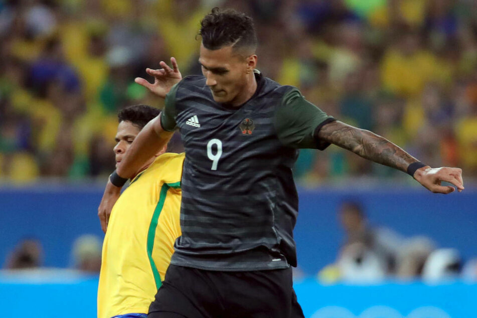 Davie Selke (r.) im Zweikampf mit dem Brasilianer Douglas Santos (27). Bei den Olympischen Spielen 2016 errang der Hertha-Stürmer mit der U23 die Silbermedaille.
