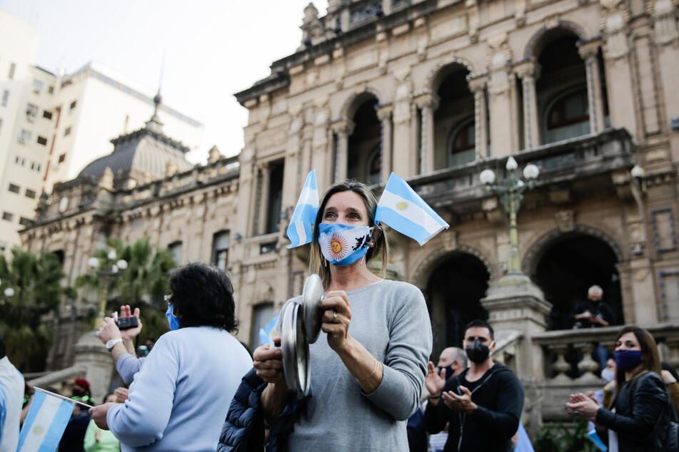 Eine Frau protestiert gegen die Quarantänepolitik der Regierung zur Eindämmung des Coronavirus.