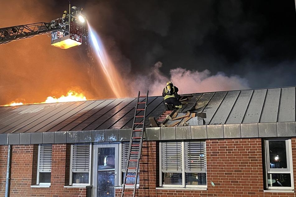 Das Dach des Gebäudes musste zunächst aufgeschnitten werden.