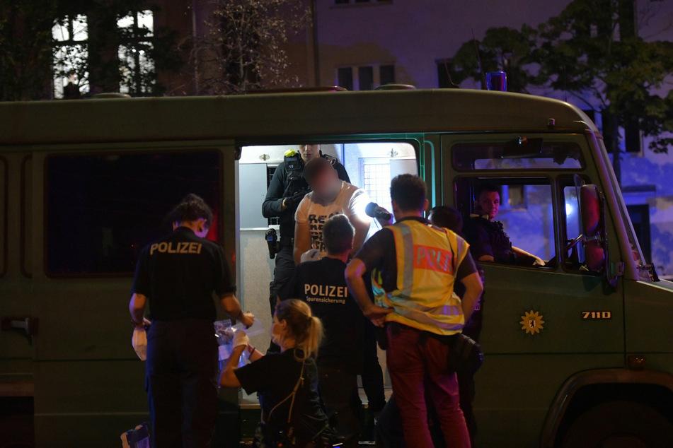 Ein Tatverdächtiger wird am 14.9.2020 in einen Wagen auf der Goebenstraße geführt, wo am frühen Abend mehrere Schüsse fielen, durch die ein 24 Jahre alter Mann schwerst verletzt wurde.
