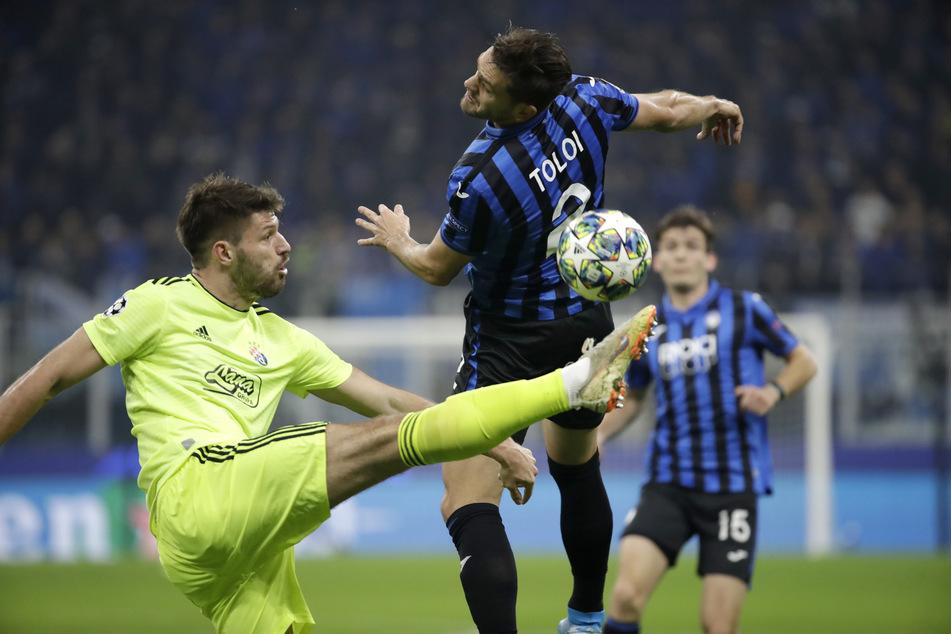 Rafael Toloi von Atalanta (r) und Bruno Petkovic von Dinamo Zagreb kämpfen um den Ball.