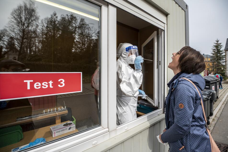 Aber bitte mit Stäbchen: Christiane Swoboda (40) ließ sich in Augustusburg schnelltesten.