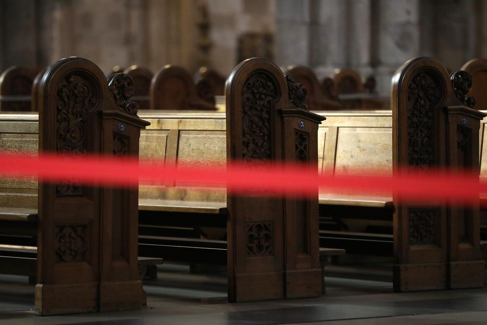 Ein Teil der Kirchenbänke im Kölner Dom sind abgesperrt. (Archivbild)