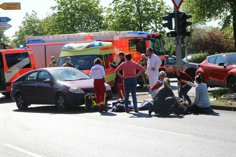 Berlin: Radfahrerin und Fußgängerin von Auto erfasst und auf Straße geschleudert
