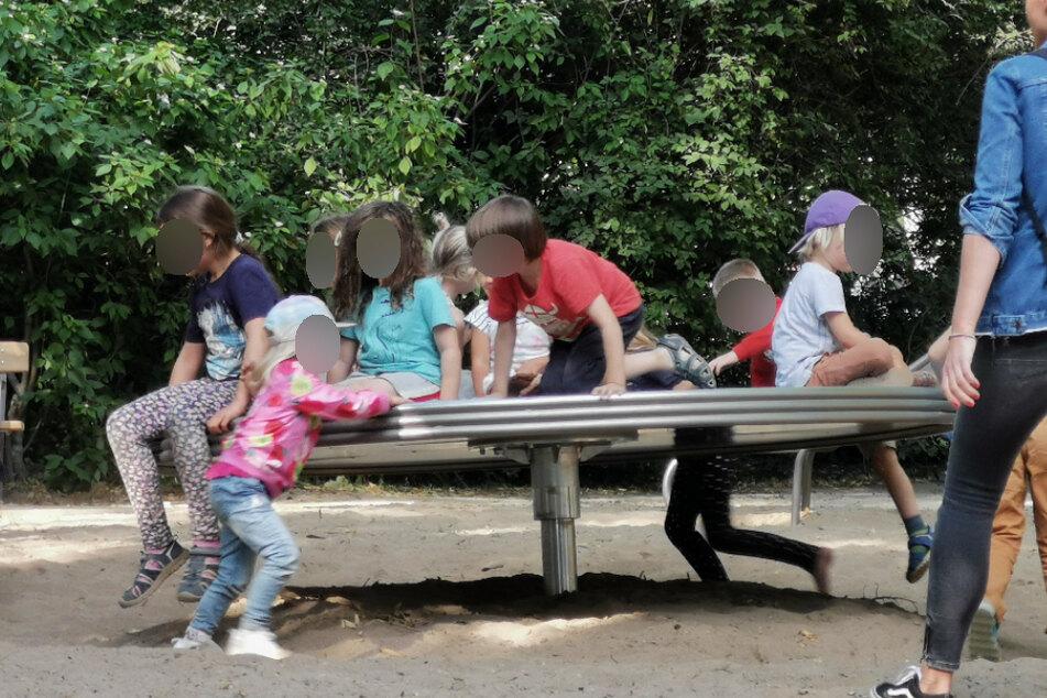 Vom Mindestabstand ist auf einem Spielplatz im Clara-Zetkin-Park reichlich wenig zu sehen.