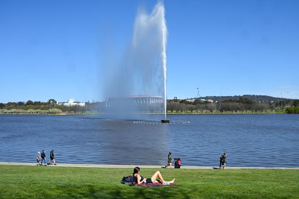 Anwohner genießen den Sonnenschein am Ufer des Lake Burley Griffin in Canberra.
