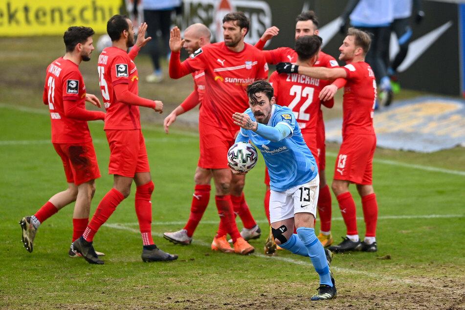 Dennis Erdmann (v.) und der TSV 1860 München haben gegen den FSV Zwickau eine vermeidbare Niederlage hinnehmen müssen.
