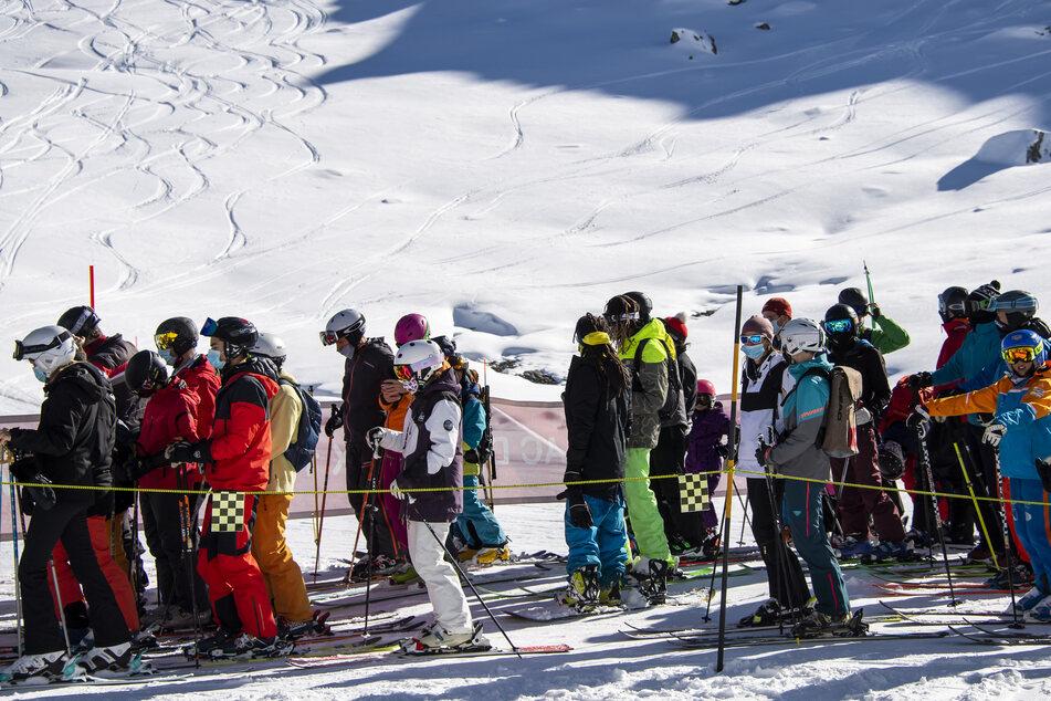 Trotz Corona wollen Österreich und die Schweiz ihre Skigebiete in den Alpen öffnen.