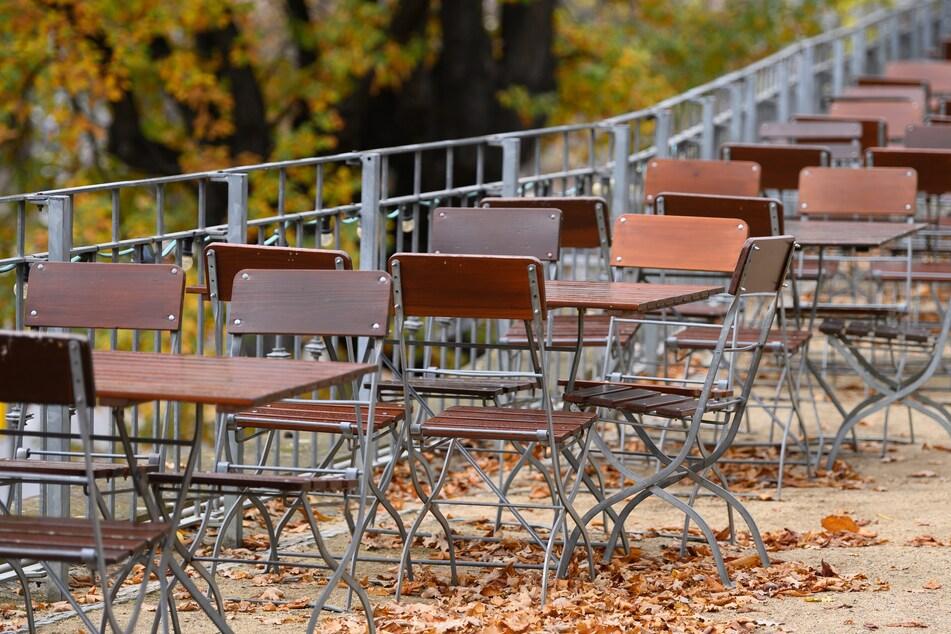 Leere Stühle in einem Dresdner Biergarten: Solche Bilder wird es im November dank einem neuen Corona-Lockdown in ganz Sachsen zu sehen geben.