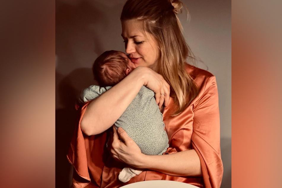 Nina Bott (43) hält ihren kleinen Lobo im Arm.