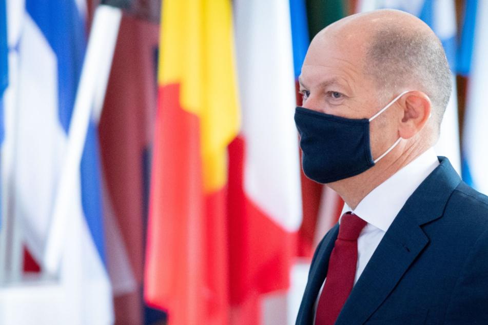 Olaf Scholz (SPD), Bundesminister der Finanzen, kommt zum Treffen der Eurogruppe und dem Informellen Rat der EU-Wirtschafts- und Finanzminister mit einem Mund-Nasen-Schutz.
