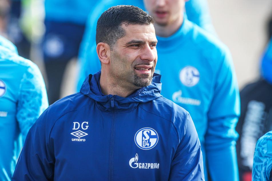 Der neue S04-Trainer Dimitrios Grammozis (42) verbreitet vor dem Kellerduell positive Stimmung.