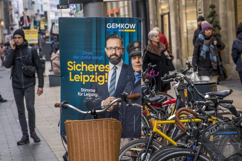 Ungestörter Wahlkampf inmitten der Fahrrad-Affäre: Mit einer Polizistin, die in Wirklichkeit ein Model in Polizei-Uniform war, warb OB-Kandidat Sebastian Gemkow im Januar für Sicherheit.