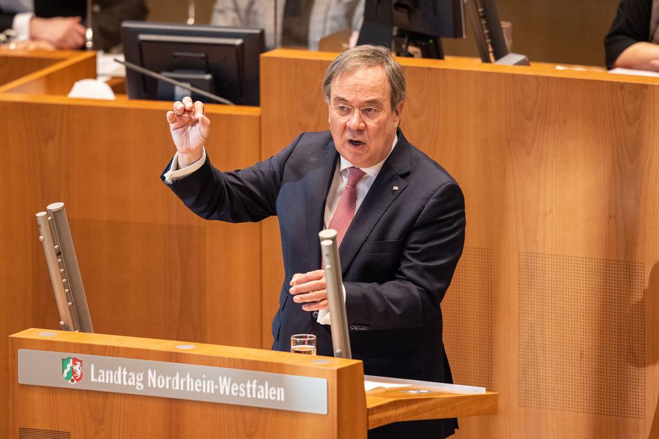 Ministerpräsident Armin Laschet (CDU) sieht die mögliche Öffnung von Schulen und Geschäften derzeit als entscheidendes Thema.