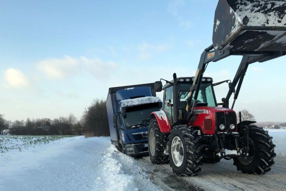 Der Anwohner zögerte nicht lange und zog den Lkw-Fahrer mit seinem Traktor aus dem Schnee.