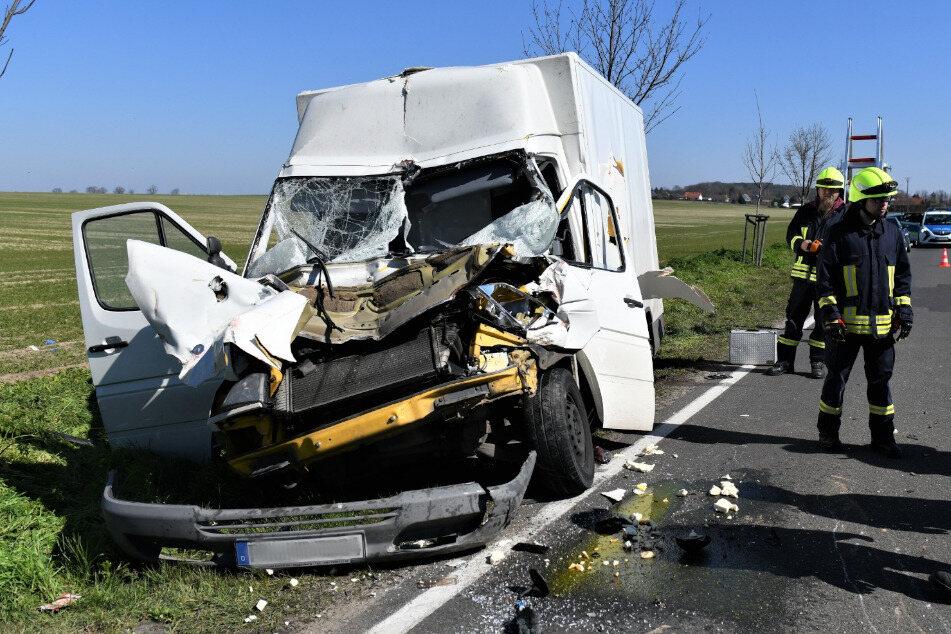 Ein Transporter ist auf der L92 in Brandenburg auf ein Traktorgespann aufgefahren.