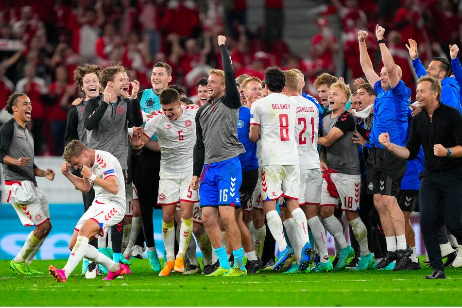Sie können es wohl selbst kaum glauben: Mit dem ersten Punktgewinn bei der EM schaffte Deutschlands Nachbar den umjubelten Sprung ins Achtelfinale.