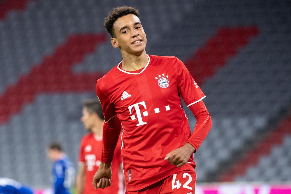 Jamal Musiala (17) gilt als großes Talent, steht beim FC Bayern München auf dem Rasen und zeigt dabei zumeist ansprechende Leistungen.