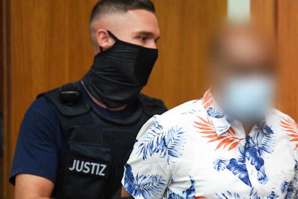 Das Foto vom 19. August zeigt den 41-jährigen Angeklagten (r.) und einen Justizbeamten.