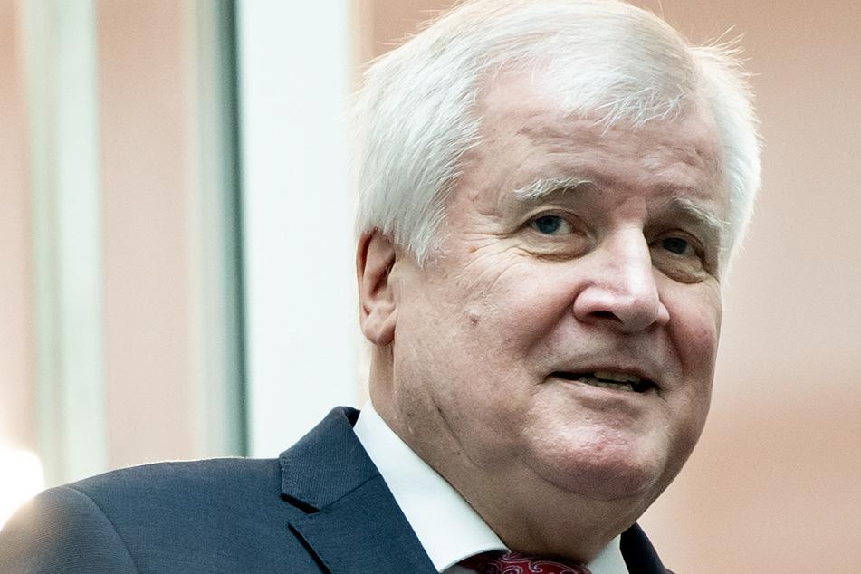 Horst Seehofer (71, CSU), Bundesminister für Inneres, Heimat und Baugerät, gerät in der Diskussion um wegen strenger Corona-Regeln getrennte Paare ohne Trauschein zunehmend unter Druck.