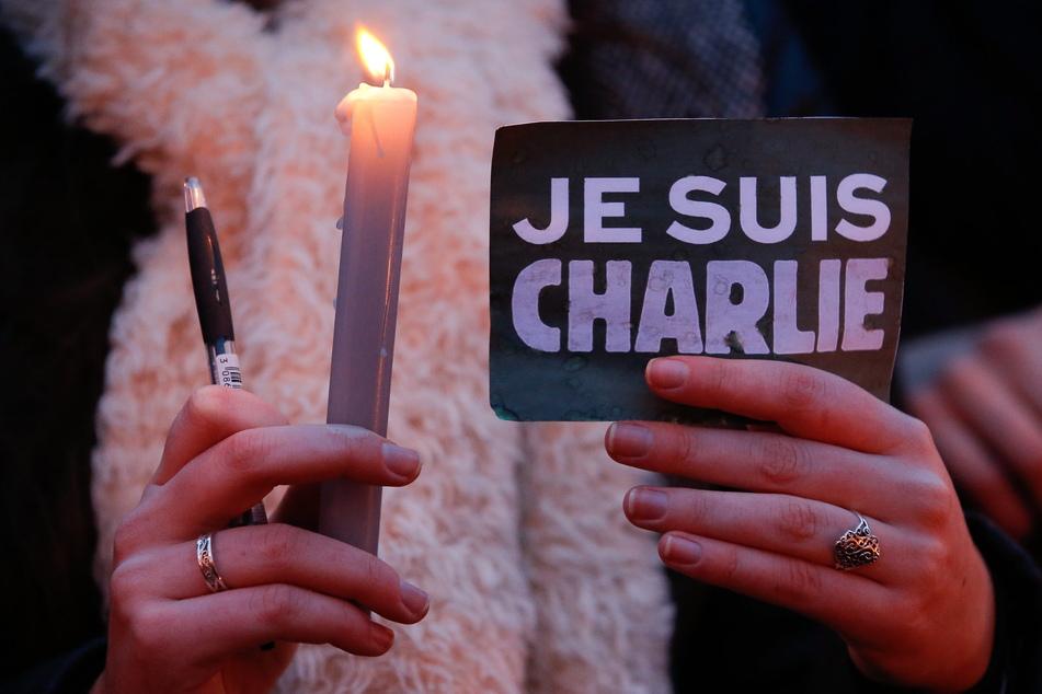 """Nach dem Anschlag auf das Satiremagazin """"Charlie Hebdo"""" solidarisierten sich viele Menschen mit dem Slogan """"Je suis Charlie"""" (""""Ich bin Charlie"""")."""