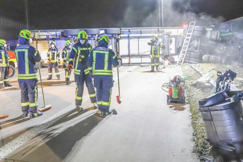 Heftiger Crash: Lkw kracht in Baustellenfahrzeug und kippt um, Fahrer hat 1000 Schutzengel