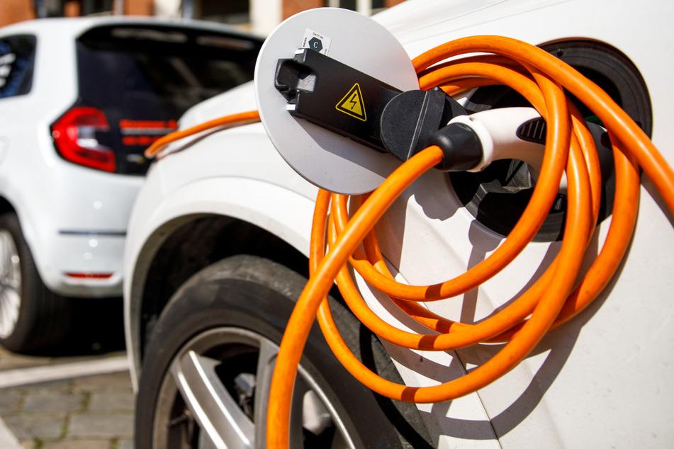 Bei Elektroautos fallen laut Allianz im Schnitt zwar nicht mehr Schäden an, die Reparaturkosten sind aber durchaus höher. (Symbolbild)