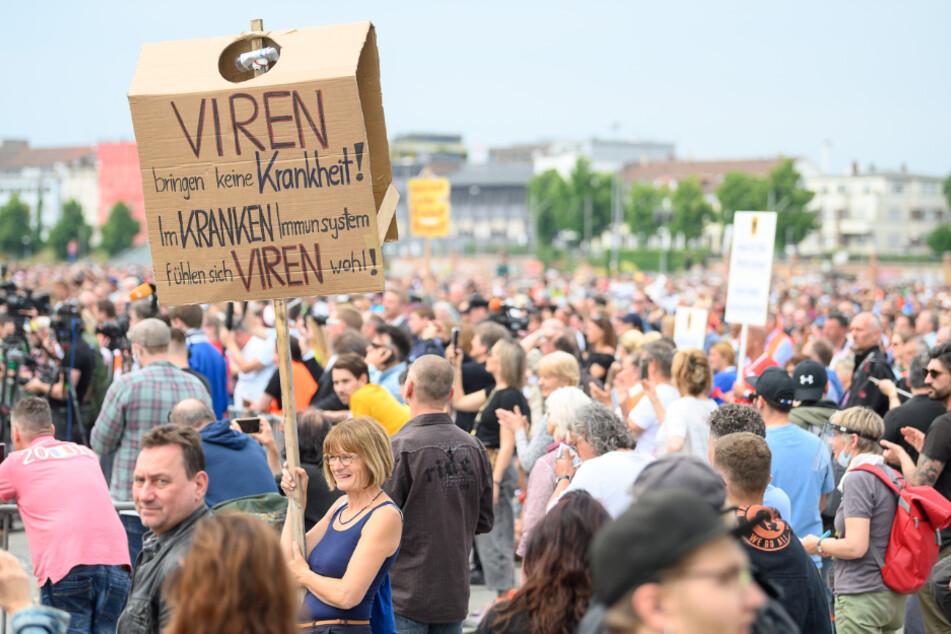 Stuttgart: Mehrere Tausend Menschen demonstrieren gegen Coronavirus-Beschränkungen