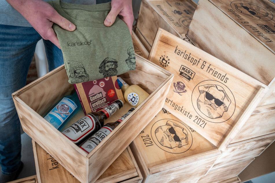 Bier, Mundwasser, Wannenbuch und T-Shirt - die Männertagskiste ist voller Chemnitzer Produkte.