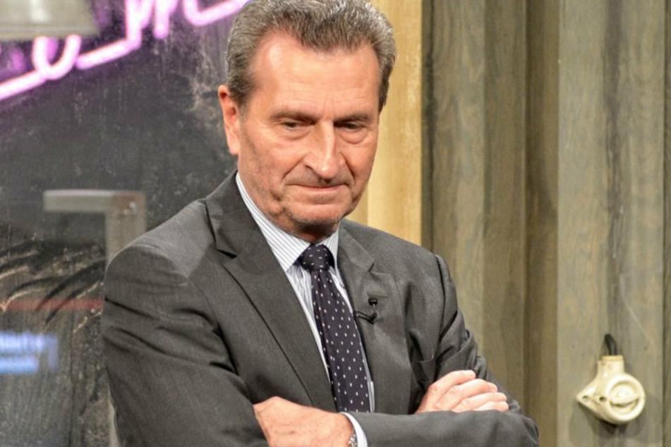 """Günther Oettinger (67) verschränkt bei """"Chez Krömer"""" die Arme."""
