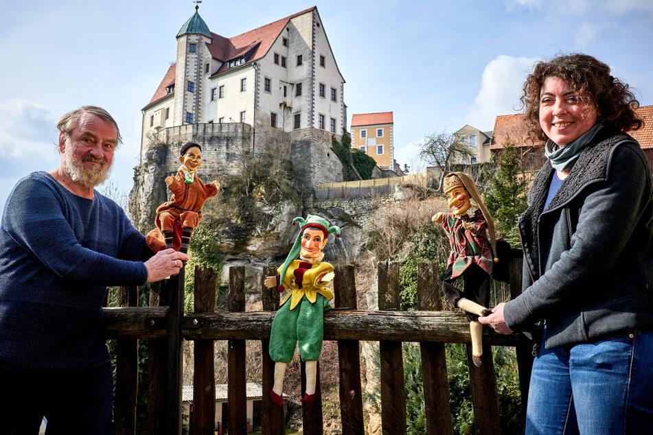 Karl Pavlicek ist Gründungsmitglied des Traditionsvereins Hohnsteiner Kasper e.V., Andrea Bigge, Museumsleiterin der Städtischen Sammlungen Sebnitz und Kulturmanagerin des Max Jacob Theaters Stadt Hohnstein.