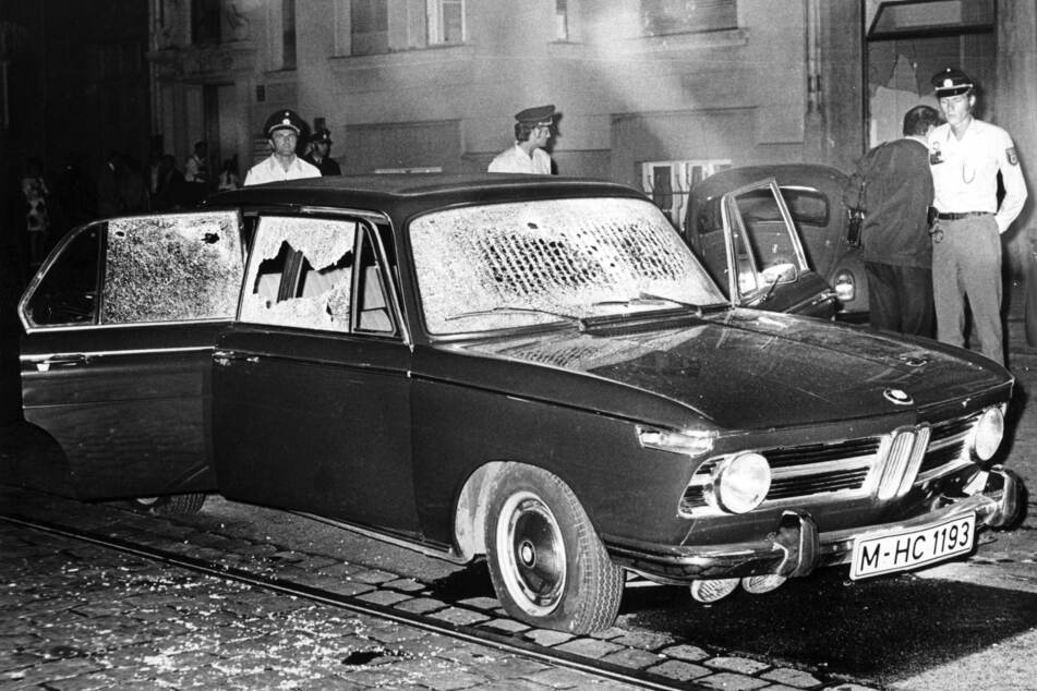 Der durch Schüsse beschädigte Fluchtwagen vermittelt ein Bild davon, wie chancenlos Täter und Opfer letztlich waren.