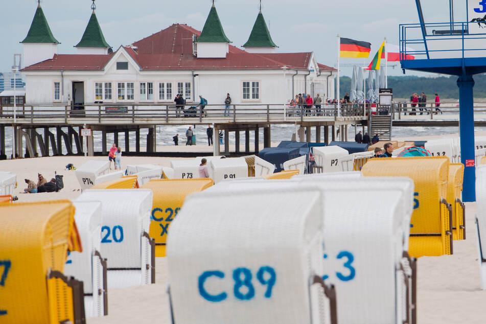 Mecklenburg-Vorpommern, Heringsdorf: Strandkörbe stehen vor der Seebrücke in Ahlbeck in der Gemeinde Heringsdorf auf der Insel Usedom. (Archivbild)
