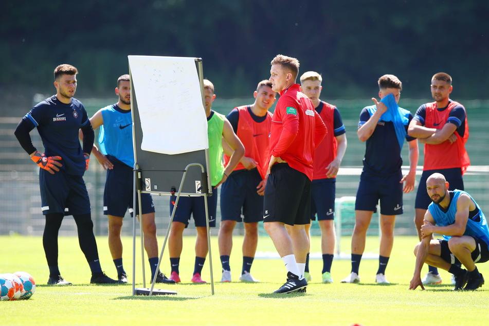 Der Mann hat einen Plan: Inwiefern Aleksey Shpilevski (vorn) seine Spielidee in Aue umsetzen kann, wird die neue Saison zeigen.