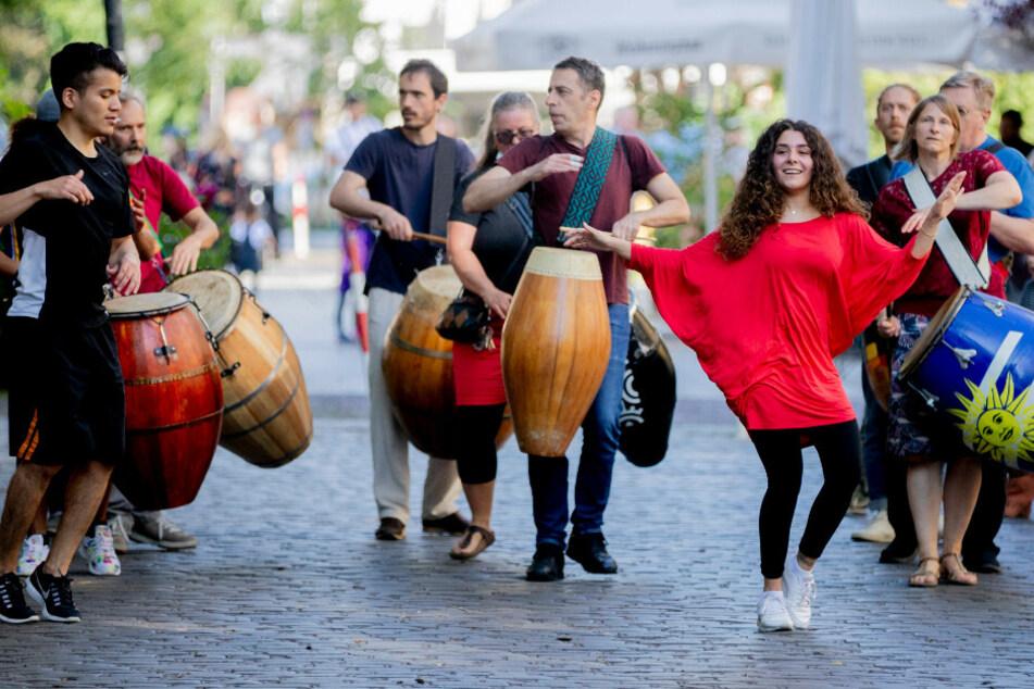 """Eine Gruppe des Vereins CRAS führt in der Crellestraße in Berlin-Schöneberg im Rahmen der Fete de la Musique die folkloristische Tanzbewegungsform """"Candombe"""" und Musik aus Uruguay auf."""