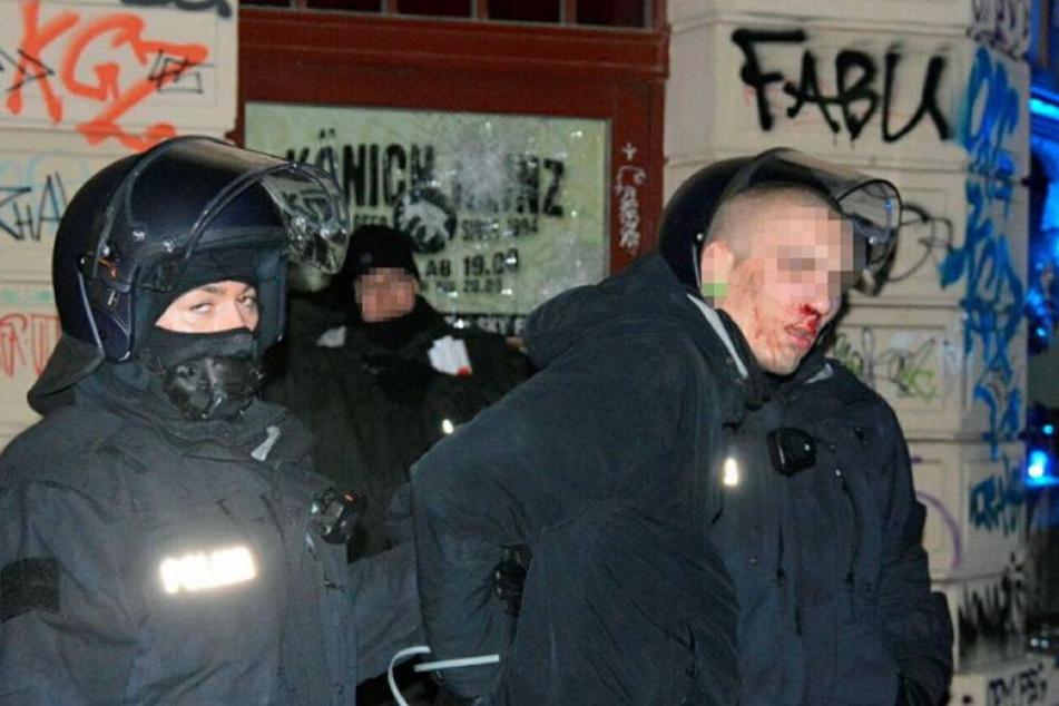 Polizisten führen im Januar 2016 einen Randalierer ab.