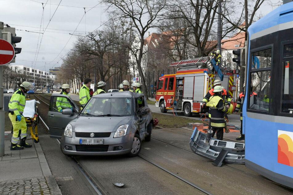 Der Kleinwagen stieß in München-Neuhausen mit der Tram zusammen.